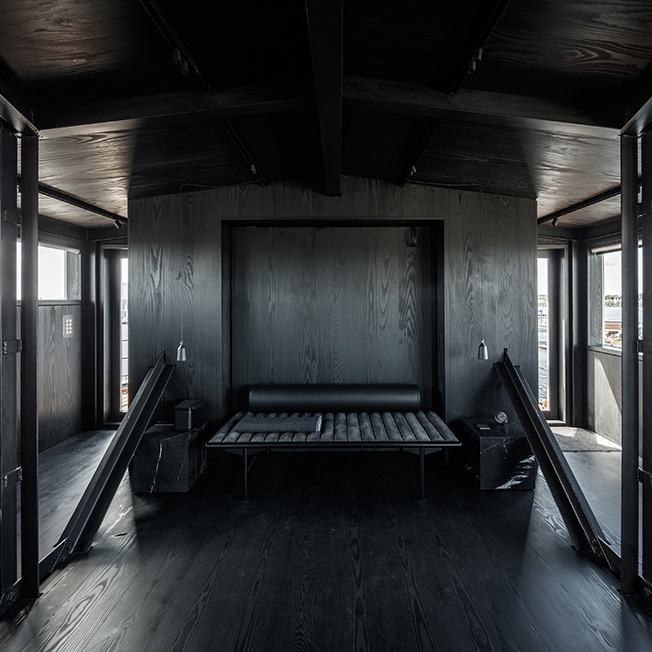 the_krane_copenhagen_thebetterplaces_travelblog-germany_designhotel_3 & HOTEL WITH ONE ROOM: THE ALL-BLACK KRANE IN COPENHAGEN
